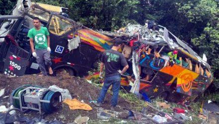 Ônibus sai da pista de Curva da Santa, em Guaratuba e deixa mortos e feridos REPRODUÇÃO REDES SOCIAIS