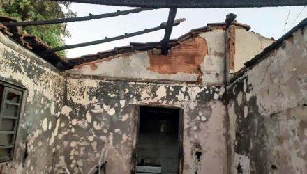 Incêndio criminoso destruiu completamente onde viviam a ex-mulher do acusado, um bebê do casal e os pais dela. Foto: Castilho Verdade