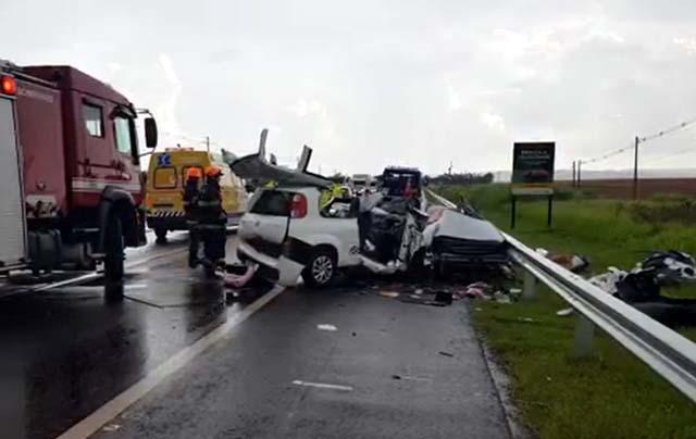 Carros ficaram destruídos após colisão na SP-333 em Marília — Foto: Alcyr Netto/TV TEM