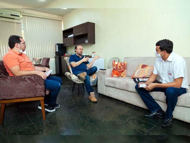O prefeito de Andradina/SP Mário Celso Lopes (c) teve uma reunião com o diretor nas unidades SENAI de Araçatuba e Birigui, Tarso Tristão (dir.), junto com Ernesto Junior (esq.). Foto: Secom/Prefeitura