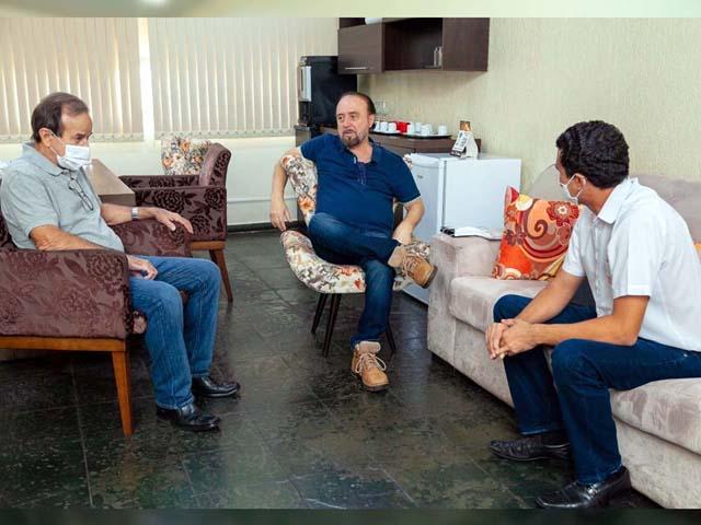A reunião também contou com a presença do vice prefeito, Paulo Assis (esq.). Foto: Secom /Prefeitura