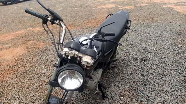 Motocicleta pilotada pelo rapaz sofreu entortamento do guidão, além das quebras de painel e retrovisores. Fotos: MANOEL MESSIAS/Agência