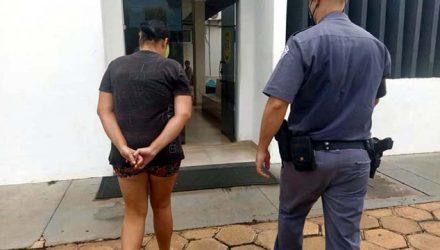 M. V. A., de 30 anos, residente no loteamento Quinta dos Castanheiras, foi presa acusada de receptação e posse ilegal de arma de fogo. Foto: MANOEL MESSIAS/Agência