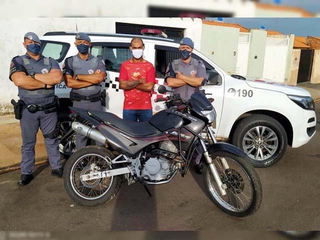 Proprietário da motocicleta esteve no plantão policial e agradeceu o empenho dos policiais militares na localização do veículo. Foto: Divulgação