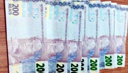 Foram apreendidas com o adolescente várias notas falsas no valor de R$ 200,00 cada. Foto: DIVULGAÇÃO/PM