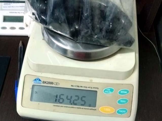 Foram apreendidas 10 porções de cocaína e outras 16 de maconha que, depois de pesada totalizaram 164 gramas, tudo escondido no anus da acusada. Foto: DIVULGAÇÃO