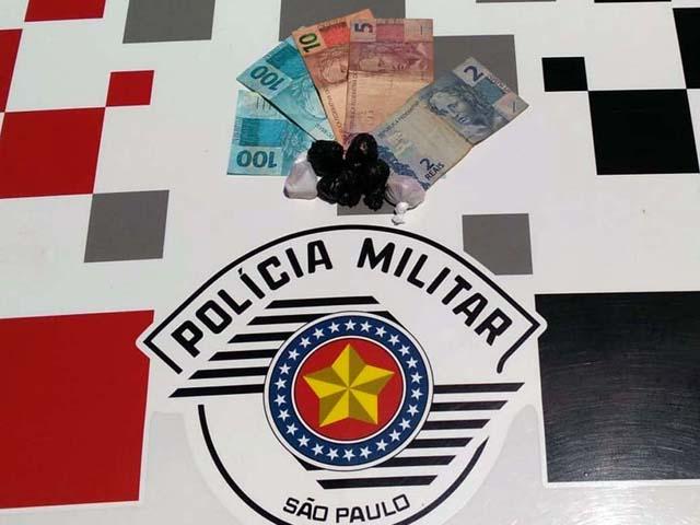Foram apreendidas 6 porções de crack embaladas e prontas para o comércio, além de R$ 217,00 em dinheiro. Foto: DIVULGAÇÃO/PM