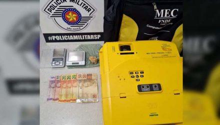 Foram apreendidos 20 gramas de crack, balanças de precisão, R$ 175,00 em dinheiro e um veículo. Foto: DIVULGAÇÃO/PM