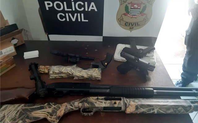 Duas espingardas, duas pistolas, dois revólveres e munições foram apreendidos com empresário de Birigui. Foto: Divulgação