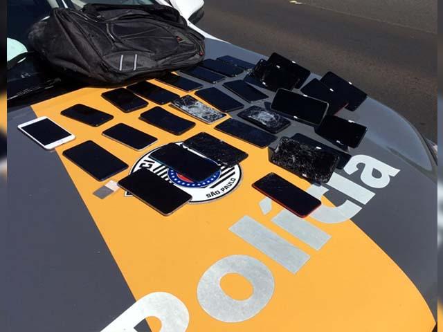 Foram localizados no interior do automóvel diversos telefones celulares furtados em Andradina. Foto: DIVULGAÇÃO