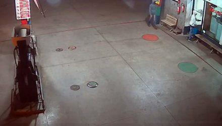 Imagens do circuito de segurança mostram acusados chegando ao local do crime. Foto: DIVULGAÇÃO