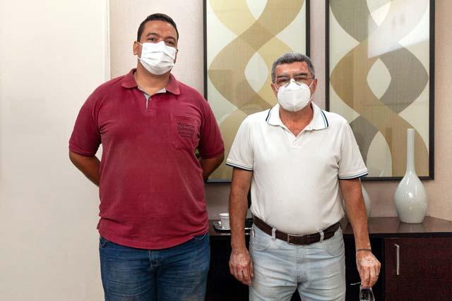 O chefe da Unidade de Vigilância de Zoonoses (antigo CCZ), médico veterinário Dr Aziz Abdelnour (dir.) e o coordenador do setor, Diogo Almeida. Foto: Secom/Prefeitura