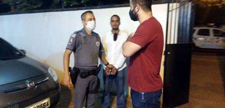 Ação em conjunto da PM e Polícia Civil (dir.), possibilitou a prisão do acusado (fundo). Foto: MANOEL MESSIAS/Agência