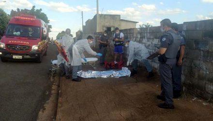 Vítima ainda correu por aproximadamente 60 metros, mas caiu morta. Foto: MANOEL MESSIAS/Agência