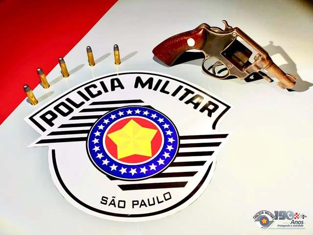 Foram apreendidos um revólver calibre .38, além de cinco munições intactas. Foto: PM/Divulgação
