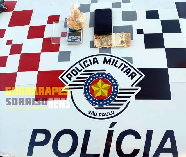 Foram apreendidos na ocorrência:  81,5 gramas de Pasta Base de cocaína; 01 Aparelho celular marca Motorola; 01 cédula de R$ 50,00, 01 veículo marca GM Corsa Clássic. Foto: PM/Divulgação