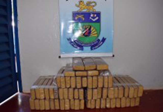 Adolescente e homem de 27 anos foram detidos com 62 tabletes de maconha. Foto: PMMS