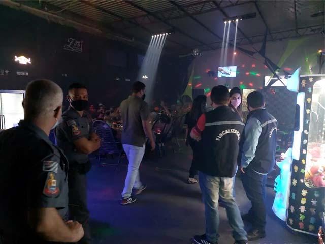 Equipes de fiscalização da Prefeitura de Andradina/SP encontraram bares e tabacarias com aglomeração de pessoas no último sábado (29). Foto: Secom/Prefeitura