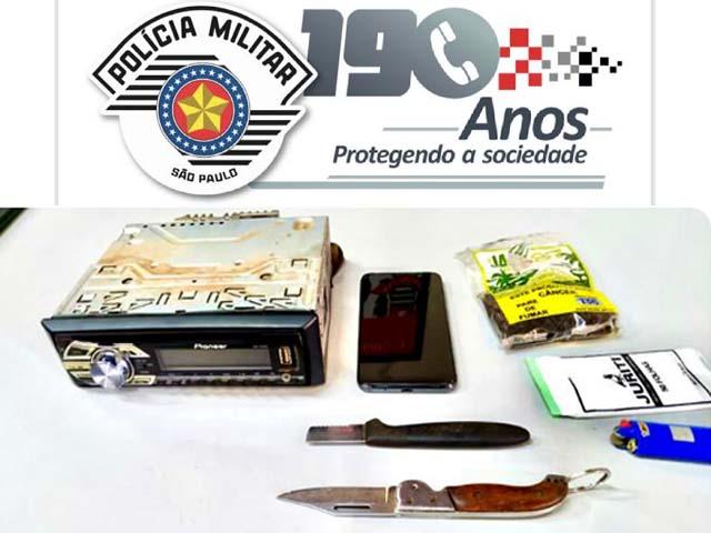 Foram recuperados um toca CD, celular e um canivete. Foto: PM/Divulgação