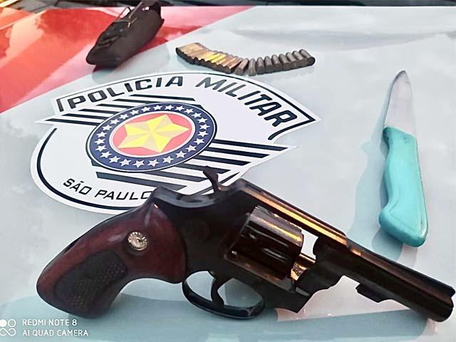 Foram apreendidos um revólver Taurus, 21 munições intactas e uma faca. Foto: Divulgação