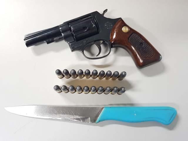 Foram apreendidos um revólver Taurus, 21 munições intactas e uma faca. Foto: Manoel Messias/Agência