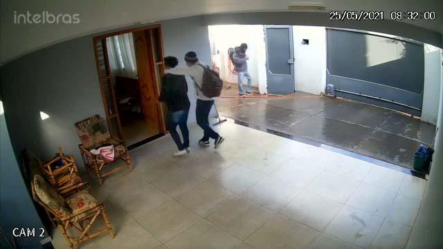 Imagens de câmeras de segurança flagraram a ação dos marginais. Foto: Reprodução