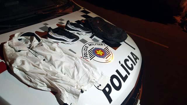 Foram apreendidos par de tênis e blusa utilizada no crime pelo acusado. Foto: MANOEL MESSIAS/Agência
