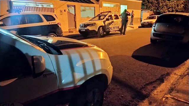 Polícias Civil, Militar e perícia técnica compareceram na residência onde aconteceu o fato. Foto: MANOEL MESSIAS/Agência