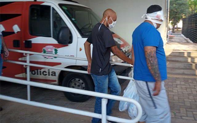 Acusado de camisa azul, sendo levado para a audiência de custódia (Foto Araçatuba em Foco)