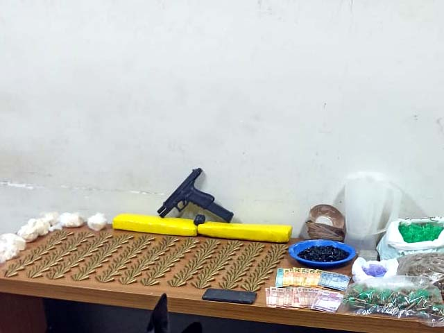 Foram localizadas grande quantidade de drogas e uma Pistola. Foto: Aracatubaemfoco
