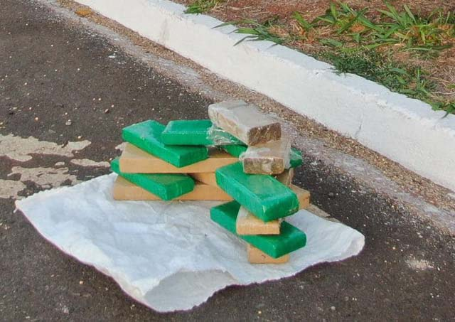 Foram apreendidos 13 tabletes de maconha, com peso total de 10 kilos. Foto: PM/Divulgação