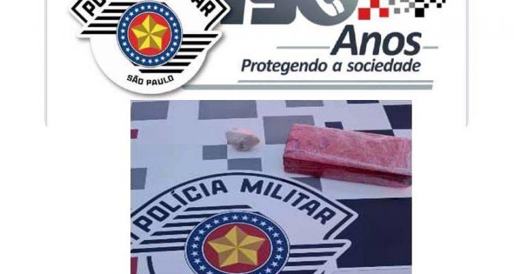 Foi apreendido um tablete de maconha pesando pouco mais de meio quilo. Foto: PM/Divulgação