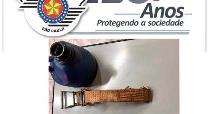 Foram recuperadas duas cintas de amarração e uma garrafa térmica. Foto: PM/Divulgação