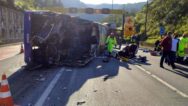 Acidente com ônibus deixa mortos e feridos na BR-376 em Guaratuba, diz concessionária — Foto: Divulgação/PRF