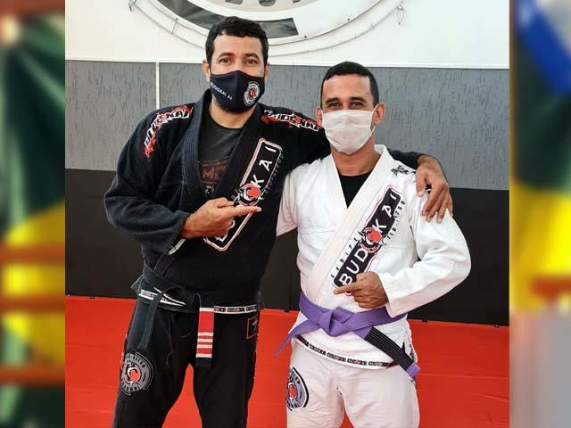 Luciano Prazeres (dir.), e seu mestre e sansei Rogérrio Casonato. Foto: Divulgação