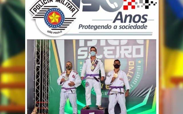 Policial militar (centro), durante premiação pela valorosa conquista em sua categoria. Foto: Divulgação/PM