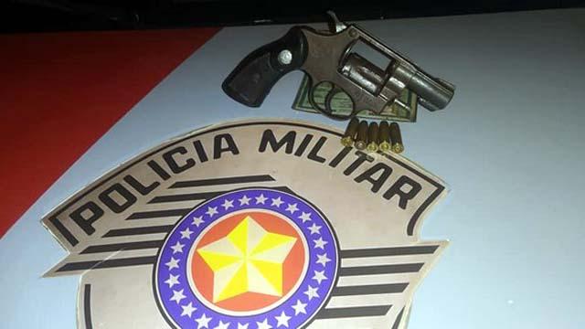 Foi apreendido um revólver calibre .32m, marca Taurus, com cinco munições intactas. Foto: MANOEL MESSIAS/Agência
