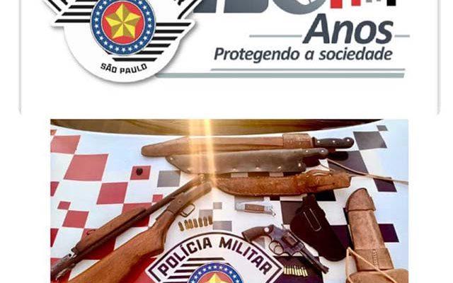 Foram apreendidos uma espingarda calibre 28, um revólver calibre .22, além de munições. Foto: PM/Divulgação