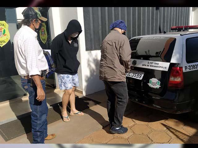 Dono da conveniência (blusa preta com capuz), foi preso acusado de tráfico de drogas e moeda falsa. Foto: MANOEL MESSIAS/Agência