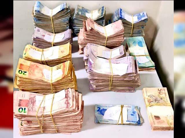 Foram apreendidos mais de R$ 52 mil em dinheiro, R$ 2,9 mil em dinheiro falso, 126 gramas de cocaína e material para embalagem da droga. Foto: PM/Divulgação