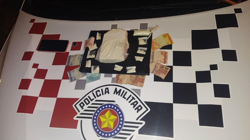 Foram apreendidos 941 gramas de crack, certa quantia em dinheiro e um celular. Foto: MANOEL MESSIAS/Agência