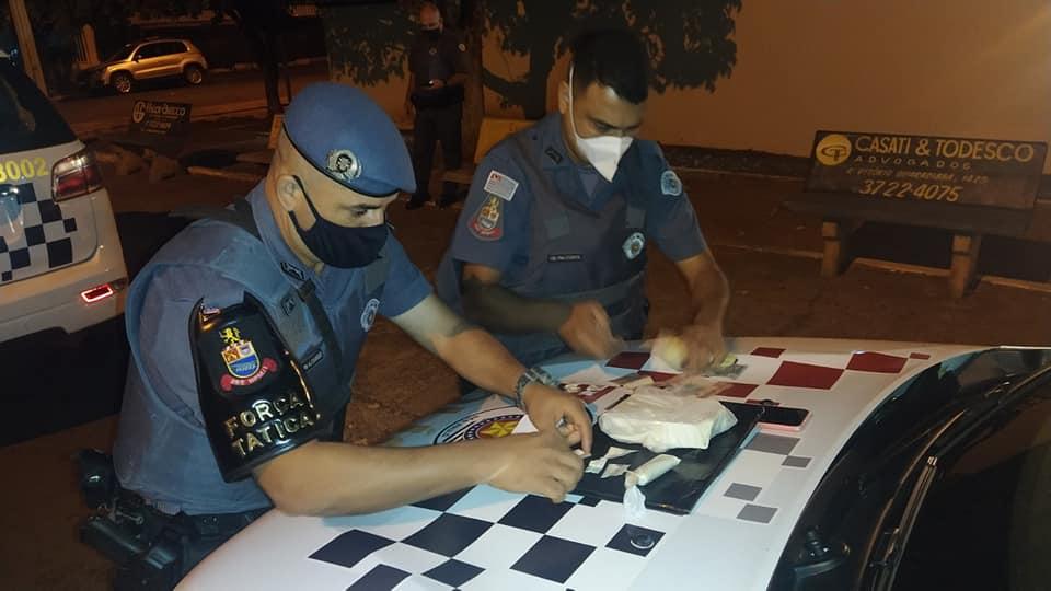 Policiais militares separam a droga para apresentação no plantão policial. Foto: MANOEL MESSIAS/Agência