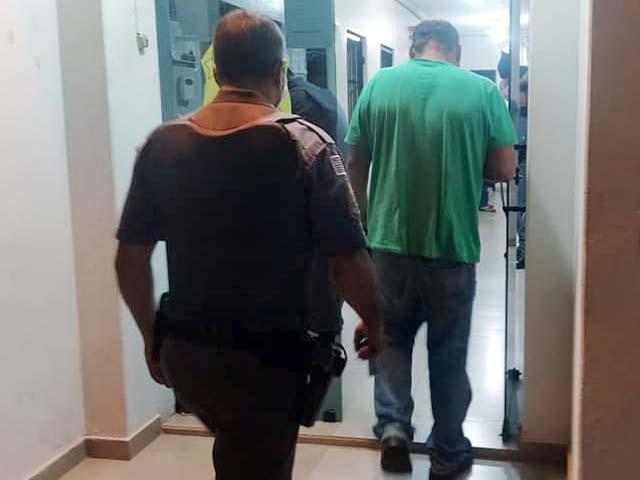 Acusado (verde), chegou a ser preso, mas justiça arbitrou fiança de 3 salários minimos e ele vai responder ao processo em liberdade. Foto: MANOEL MESSIAS/Agência