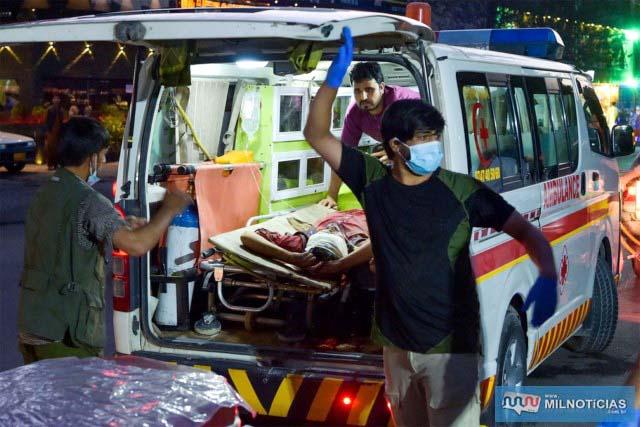 Ferido chega a hospital de ambulância a um hospital para ser socorrido após explosão do lado de fora do aeroporto de Cabul, no Afeganistão — Foto: Wakil Kohsar/AFP