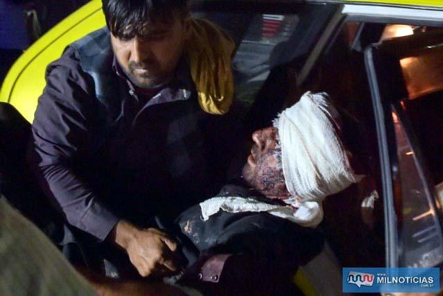 Equipe médica e hospitalar retiram um homem ferido de um carro para tratamento após duas explosões no aeroporto de Cabul, na quinta (26) — Foto: Wakil Kohsar/AFP