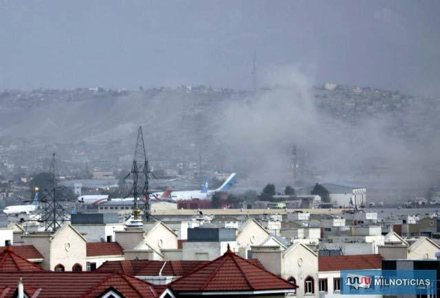 Fumaça sobe da explosão do lado de fora do aeroporto de Cabul, Afeganistão, nesta quinta-feira (26) — Foto: Wali Sabawoon/AP