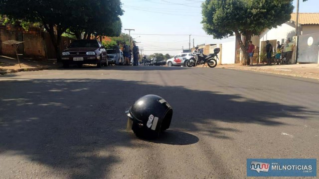 Capacetes de Willian e de seu primo menor ficaram jogados no asfalto. Foto: MANOEL MESSIAS/Agência