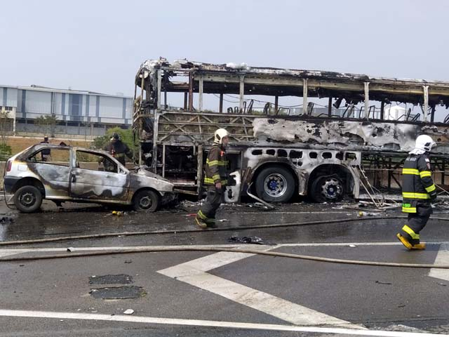 ônibus e veículo de passeio foram destruídos pelo incêndio. Foto: Carlos Mike/Arquivo Pessoal