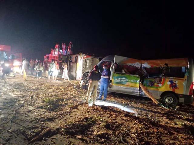 Acidente entre ônibus, van e caminhão que transportava eucalipto na BR-101 — Foto: Reprodução/TV Bahia