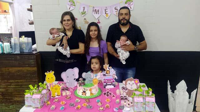 Família fez questão de comemorar muito o 1º mês de vida das gêmeas. Foto: MANOEL MESSIAS/Mil Noticias